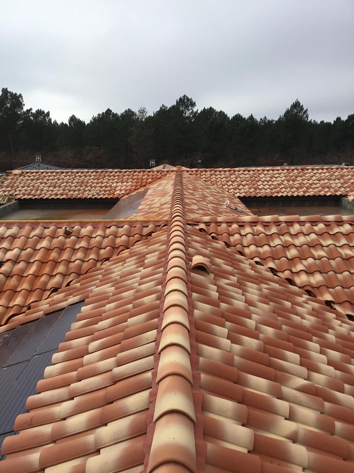 Couverture tuile de terre cuite couvreur bordeaux libourne cavignac construction maison neuve for Pose couverture tuile